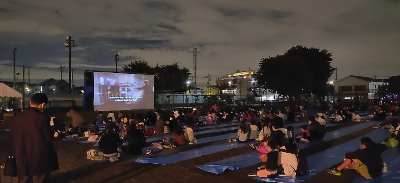 鷹南倶楽部主催、地域ケアネットワーク新川中原共催の野外映画祭について