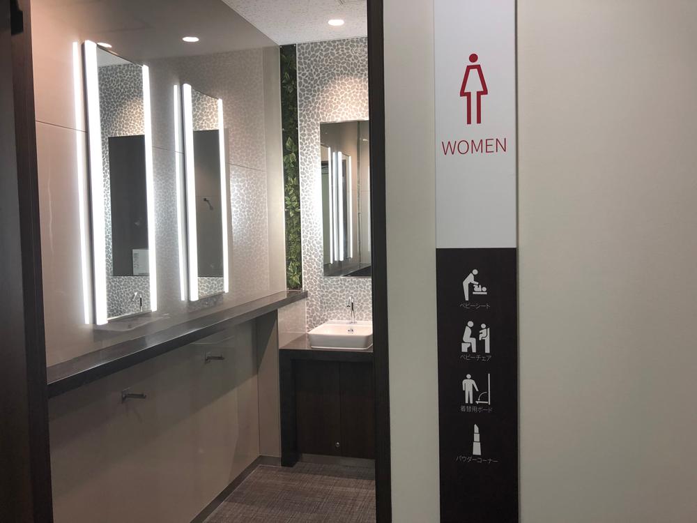 女子トイレのパウダーブースにはカバン等を掛けるフックが整備されている