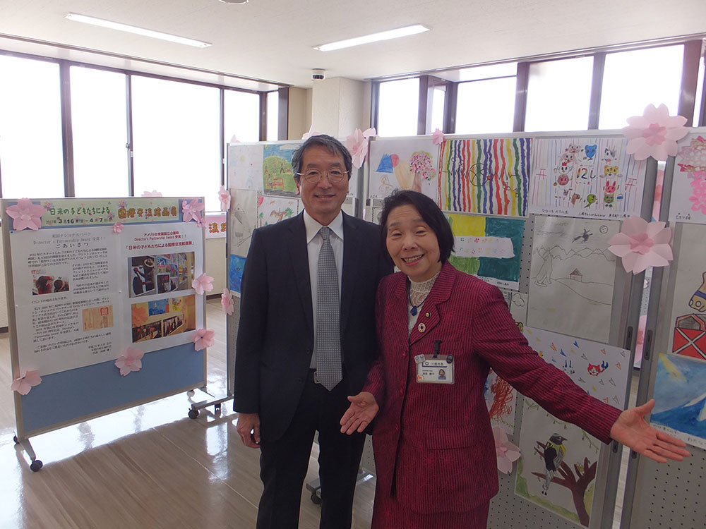 友情の桜と緑の会の代表河瀬謙一さんと多彩な絵の展示を前に
