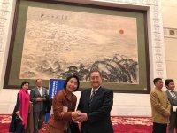日中友好協会会長野田毅衆議院議員と人民大会堂の絵画の前で