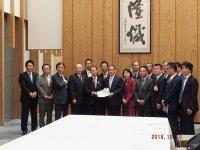 2018年10月10日菅義偉官房長官を訪問し全国公立学校施設整備期成会の一員として要請