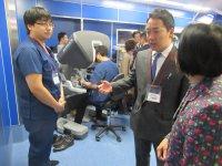 手術ロボットダヴィンチの操作デモと説明を受ける