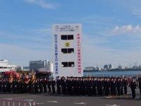 東京消防出初式総監告示を聴く署員たち